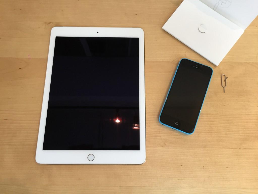 iPadとiPhone。これからSIMを差し替えます。